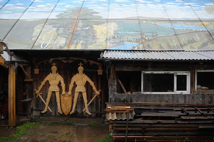 Дом резчика по дереву Виталия Черепанова в поселке Висим