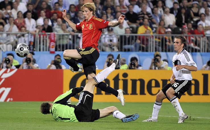 Фернандо Торрес забивает единственный гол в ворота сборной Германии в финале Евро-2008