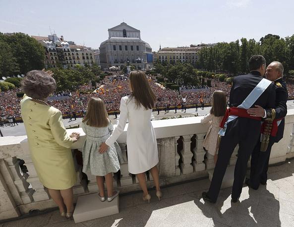 Толпа приветствует королевскую семью