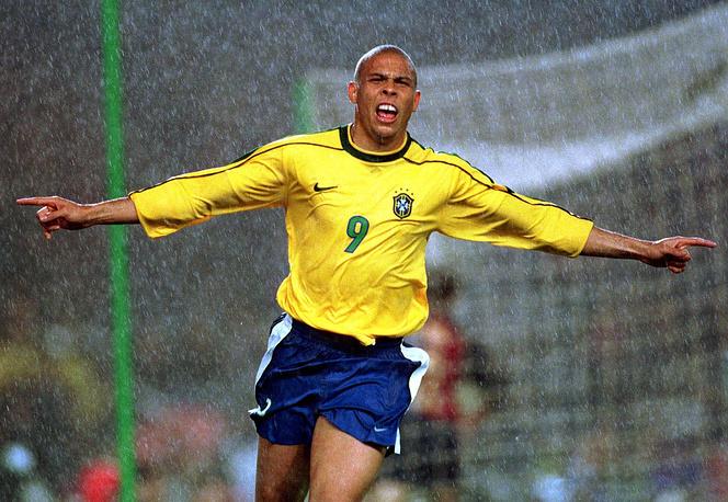 Роналдо (Бразилия) - 15 голов. Участник чемпионатов мира 1994, 1998, 2002, 2006 годов. Двукратный чемпион мира (1994, 2002)