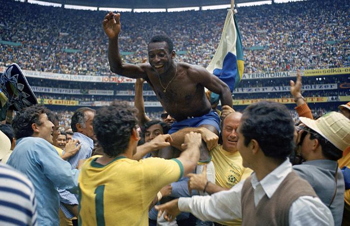 Пеле (Бразилия) - 12 голов. Участник чемпионатов мира 1958, 1962, 1966, 1970 годов. Трехкратный чемпион мира (1958, 1962, 1970). В сборной Бразилии дебютировал на чемпионате мира-1958 в Швеции, забив шесть мячей