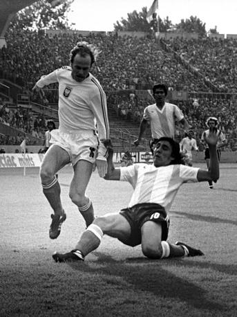 Польский футболист Гжегож Лято (справа) - 10 голов. Фото с матча против сборной Аргентины на чемпионате мира-1974 в ФРГ