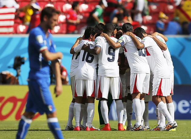 Радость игроков сборной Коста-Рики после победы над итальянцами