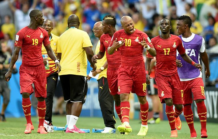 Команда Ганы спорит с арбитром