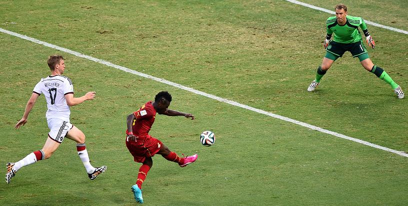 Форвард команды Ганы Асамоа Гьян выводит свою команду вперед