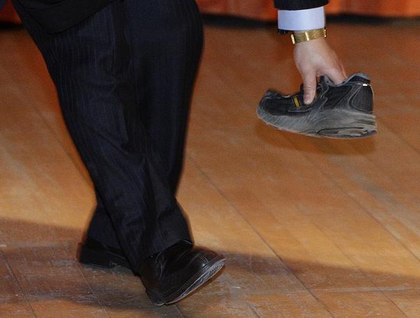 2009 год. Студент из Германии кинул ботинок в премьера Госсовета КНР Вэнь Цзябао во время его лекции в Кембридже