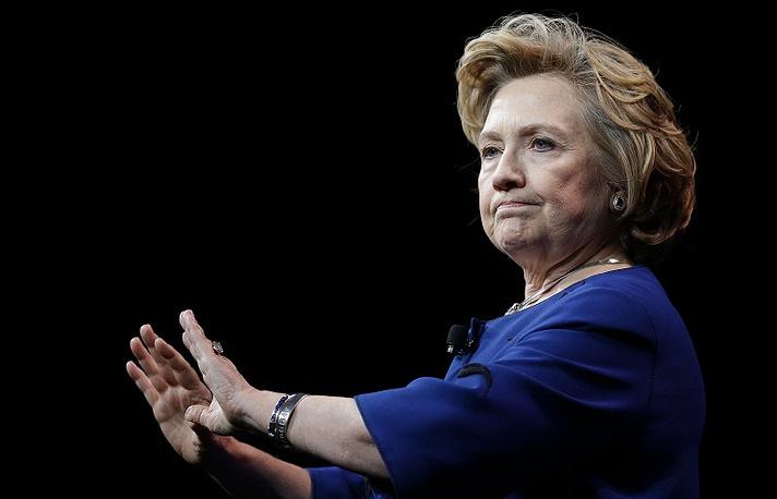 """2014 год. В экс-госсекретаря США Хиллари Клинтон бросили туфлю во время лекции в отеле Mandalay Bay в Лас-Вегасе. """"Что это было? Летучая мышь?"""" - воскликнула сенатор"""