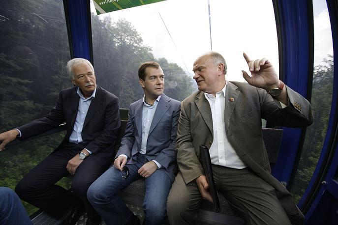 """О национальной идее: """"Национальные идеи не изобретаются в головах. Идеи рождаются народом, в веках, в борьбе, в труде, в муках и победах. И мы такую идею давно родили. Мы народ победы"""". На фото: Борис Грызлов, Дмитрий Медведев и Геннадий Зюганов"""