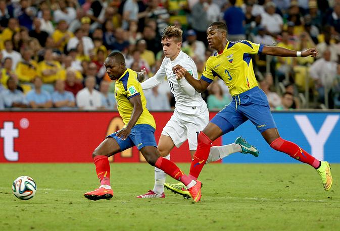 Французский полузащитник Антуан Гризманн в противоборстве с эквадорскими игроками