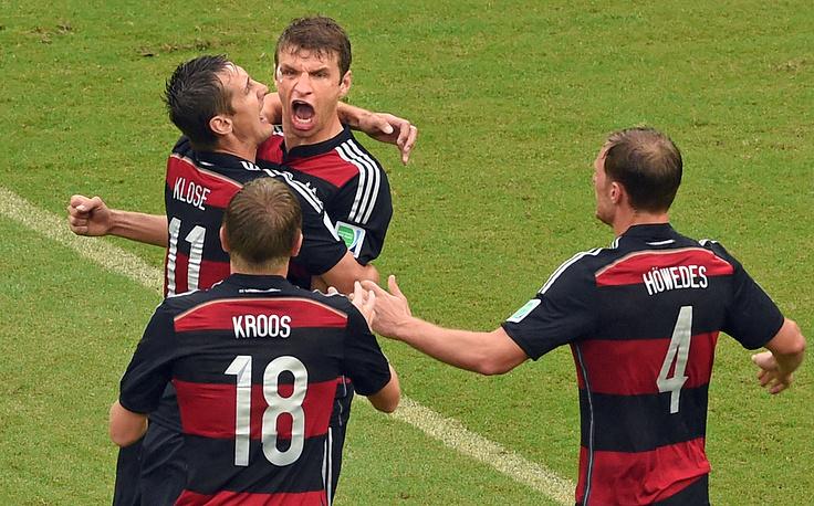 Томас Мюллер забивает свой четвертый гол на ЧМ-2014
