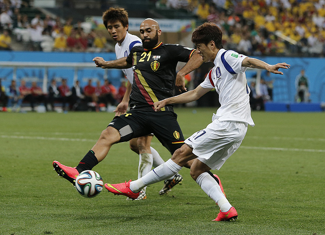 Антони Ванден Борре останавливает южнокорейского футболиста