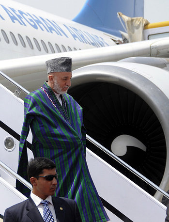 Президент Афганистана Хамид Карзай в аэропорту Исламабада, Пакистан, 2011 год
