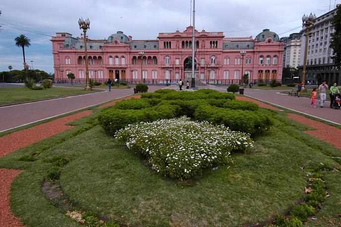 Резиденция аргентинских президентов - дворец Каса-Росада в Буэнос-Айресе открыт для посещения по субботам, воскресеньям и праздничным дням с десяти утра до шести вечера