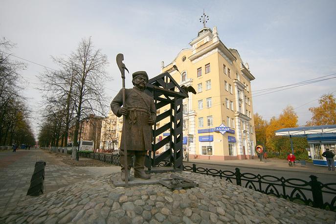 Памятник постовому на перекрестке проспектов Ленина и Октября в Ярославле