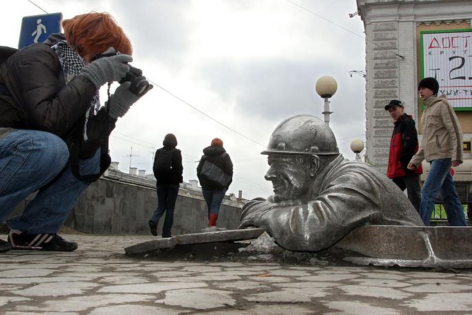 Скульптура слесаря Степаныча в Омске