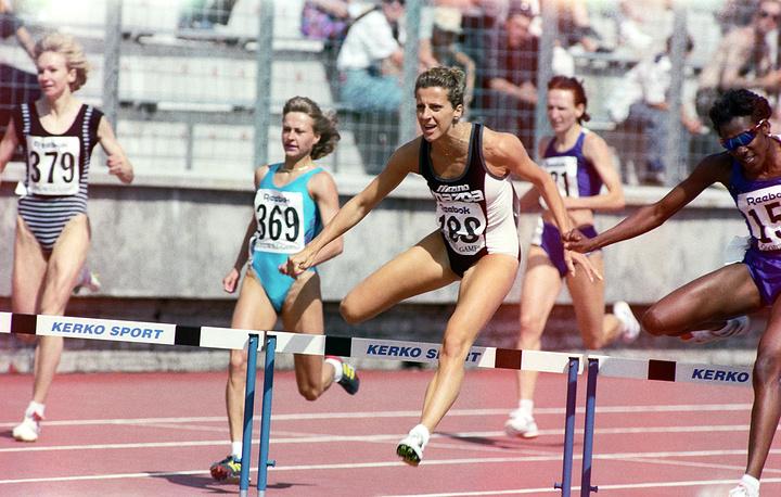 Победитель в беге на 400 метров с барьерами Салли Ганнел (Великобритания)