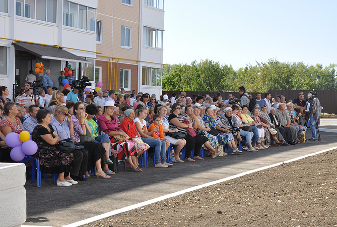 Пострадавшие от наводнения получают ключи от новых квартир, август 2012 года
