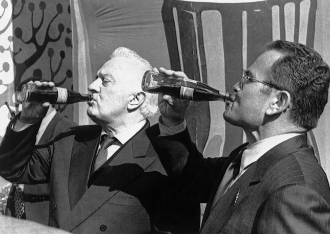 Эдуард Шеварднадзе и президент компании Coca-Cola Bottlers Georgia Темур Чкония во время посещения завода в Тбилиси, 1997 год