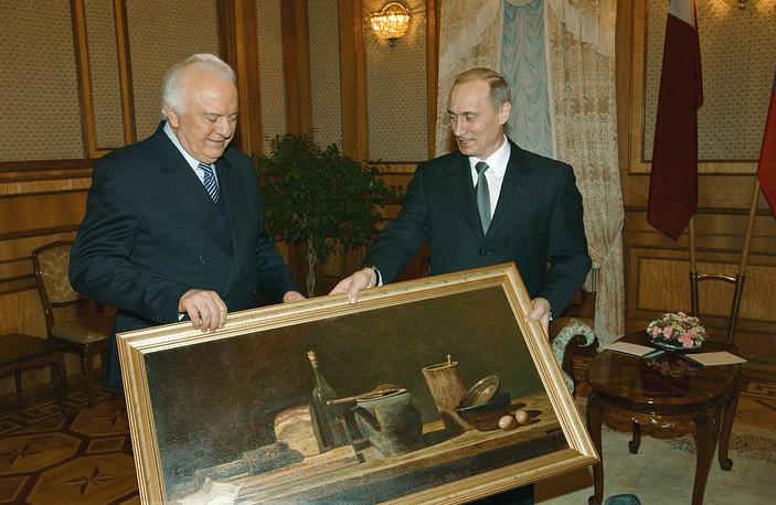 Президент России Владимир Путин поздравляет президента Грузии Эдуарда Шеварднадзе с 75-летием перед началом двусторонней встречи в Киеве, 2003 год
