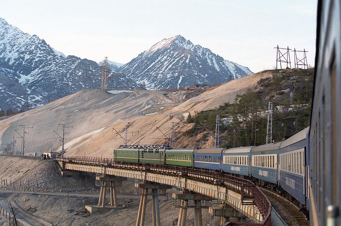Северомуйский обход был сдан в эксплуатацию только в 2003 году, с опозданием на 16 лет.  В 1985 году, когда стало ясно, что ввод в строй тоннеля откладывается на неопределенный срок, началось строительство второго обхода, гораздо длиннее первого - 64 км. Именно здесь находится Чертов мост - красивый виадук над рекой Итыкит высотой 35 м