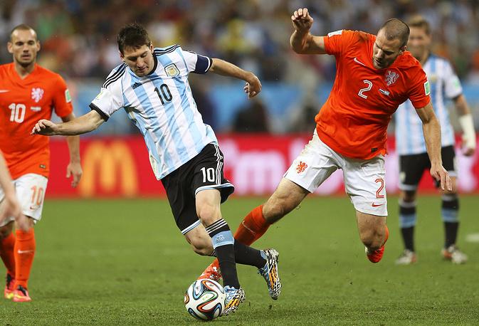 Лидер аргентинцев Лионель Месси прорывается к воротам