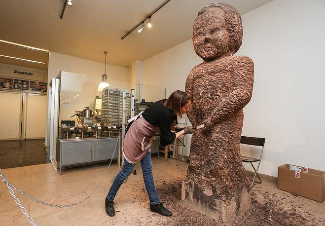 """Одну из самых главных достопримечательностей Брюсселя - статую """"Писающий мальчик"""" - французский скульптор Стефани Девитт сделала из шоколада. На это ушел кусок шоколада весом 1 тонна"""