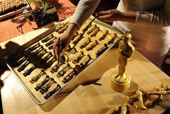 """В преддверии 86-й церемонии премии """"Оскар"""" были изготовлены маленькие шоколадные копии статуэток ручной работы, покрытые золотой пудрой. Ими угощали гостей торжественного мероприятия"""