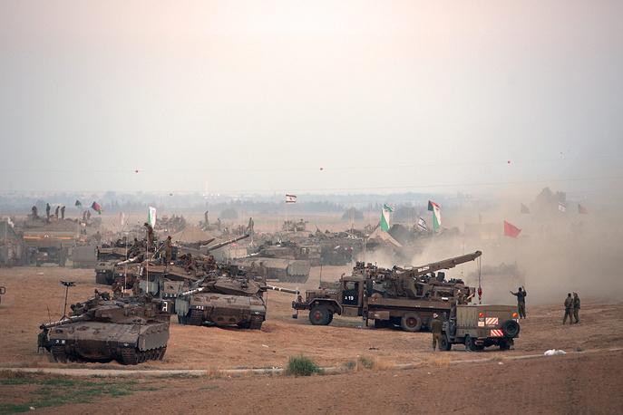 """Израильская армия начала военную операцию """"Рубеж обороны"""" в ответ на обстрелы своей территории со стороны сектора Газа. На фото: израильские солдаты возле границы с сектором Газа, 10 июля"""
