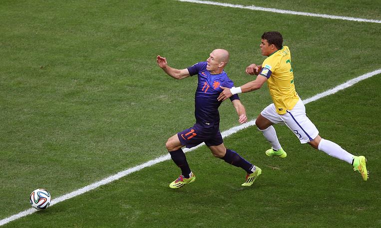 Уже на 3-й минуте судья матча алжирец Джамель Хаймуди назначил весьма сомнительный пенальти в ворота сборной Бразилии за фол на Арьене Роббене