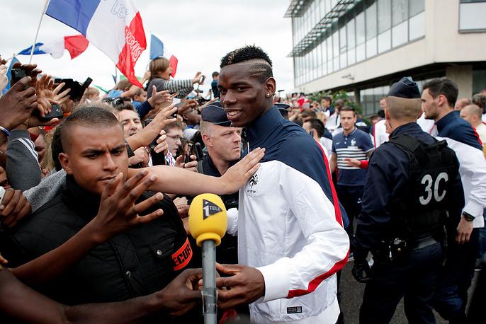 Встреча французских футболистов в аэропорту Ле-Бурже