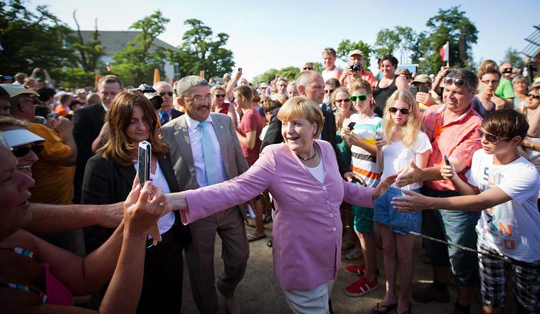 Канцлер Германии и министр внутренних дел Мекленбурга-Передней Померании Лоренц Каффиер во время предвыборной кампании Ангелы Меркель на острове Узедом, Германия. 2013 год
