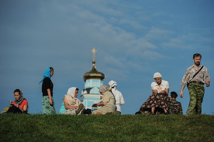 Паломники в ожидании начала Крестного хода на Вознесенской горке в Екатеринбурге