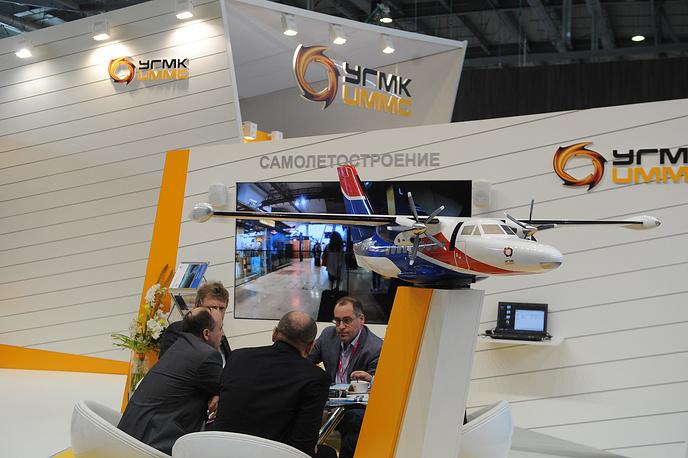 Макет самолета L-410 размером 2,5 метра на стенде УГМК