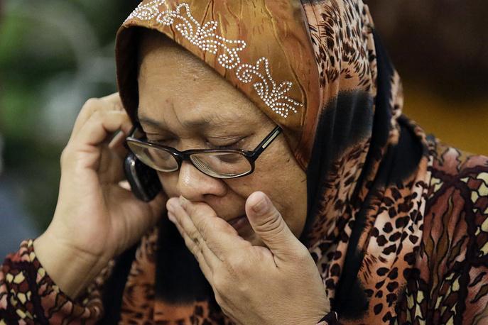 """Компания """"Малайзийские авиалинии"""" открыла горячую линию телефонной связи для родственников пассажиров, находившихся на борту потерпевшего крушение лайнера"""