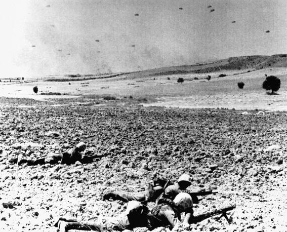 В течение суток на остров были переброшены до 6 тыс. человек. На фото: высадка воздушного десанта Турции в Никосии, 22 июля 1974 года