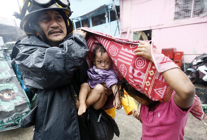 """Свыше 400 тыс. человек эвакуированы на Филиппинах из-за тайфуна """"Раммасун"""". Число погибших возросло до 38 человек, пропавшими без вести числятся еще восемь"""