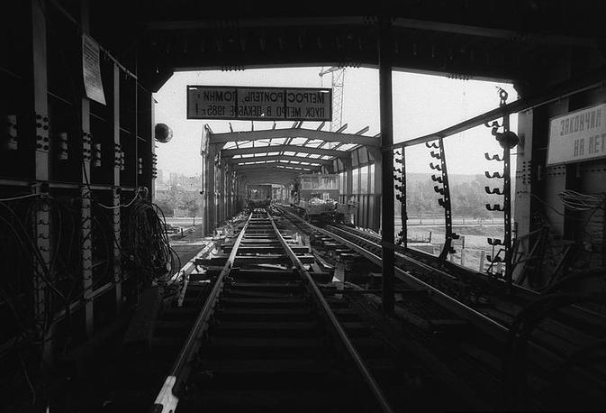 Изначально в конструкции моста планировались окна-арки по всей длине, однако от них решили отказаться, поскольку они ослабляли всю конструкцию