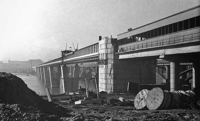 Общая длина моста более 2 километров, из них 900 метров проходят непосредственно над рекой