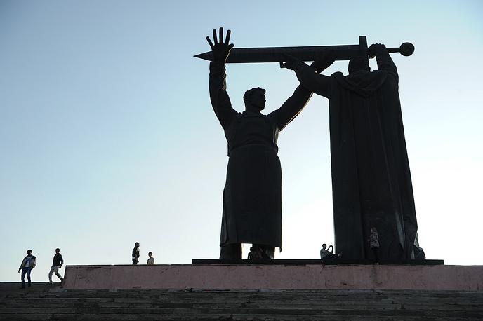 Монумент «Тыл – фронту» в Магнитогорске