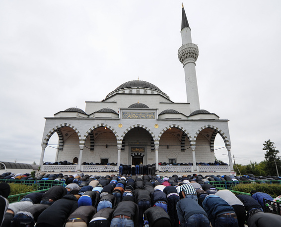 В Свердловской области священный месяц Рамадан прошел под знаком семьи и был посвящен физическому и духовному воспитанию детей. На фото: празднование Ураза-байрама в мечети им. имама Исмаила аль-Бухари в Свердловской области