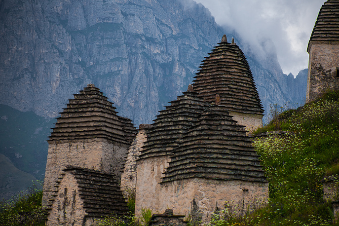 Каждый склеп — небольшой каменный дом с островерхой пирамидальной крышей, выложенной черепицей.