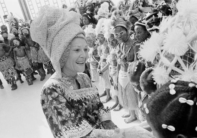Супруга президента США Ричарда Никсона Пэт Никсон одета в традиционную одежду Либерии во время визита, 1972 год