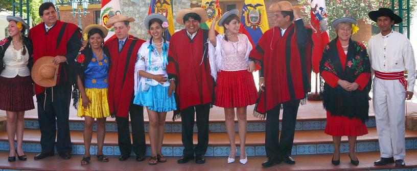Президент Перу Алан Гарсия, президент Колумбии Альваро Урибе, президент Боливии Эво Моралес, президент Эквадора Рафаэль Корреа, президент Чили Мишель Бачелет в традиционных боливийских нарядах на саммите в Тариха, Боливия, 2007 год