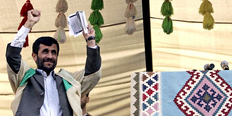 Президент Ирана Махмуд Ахмадинежад (2005-2013) в традиционном платье