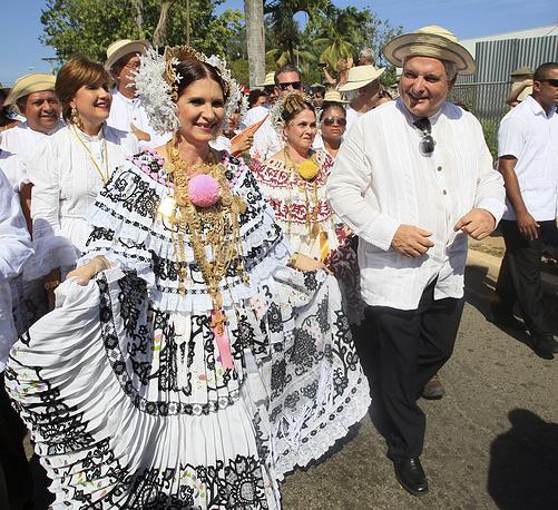 Президент Панамы Рикардо Мартинелли (2009-2014) с супругой Мартой Линарес в традиционных нарядах Панамы, в Лас-Табласе, 2013 год