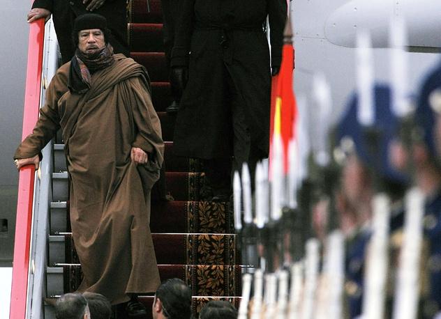 Лидер Ливии Муаммар Каддафи совершал официальные визиты в национальном бедуинском костюме. На фото: Каддафи во время визита в Москву, 2008 год