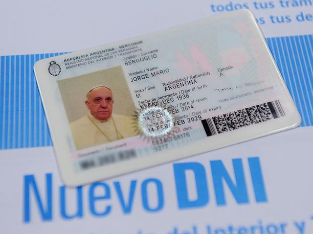 """Папа римский Франциск отказался от получения дипломатического паспорта Ватикана, получив в феврале 2014 года паспорта гражданина Аргентины. """"Я хочу путешествовать по миру в качестве гражданина Аргентины"""",  - заявил понтифик"""