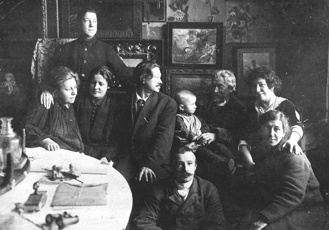 """Илья Репин, его дети, внуки и правнук Валентин. """"Пенаты"""". 1924 год"""