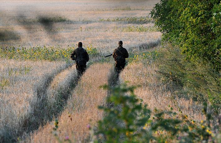 Военные патрулируют территорию палаточного лагеря для украинских военнослужащих, которые перешли границу с Россией