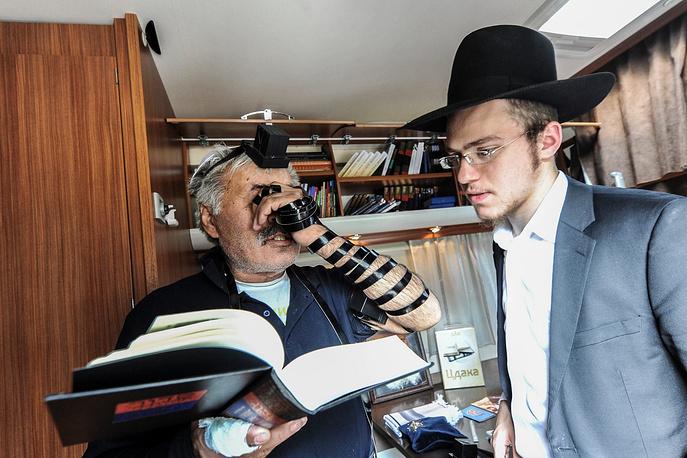 Также, во время пребывания передвижной синагоги в Новосибирске, желающие иудеи могли помолиться вместе с раввинами